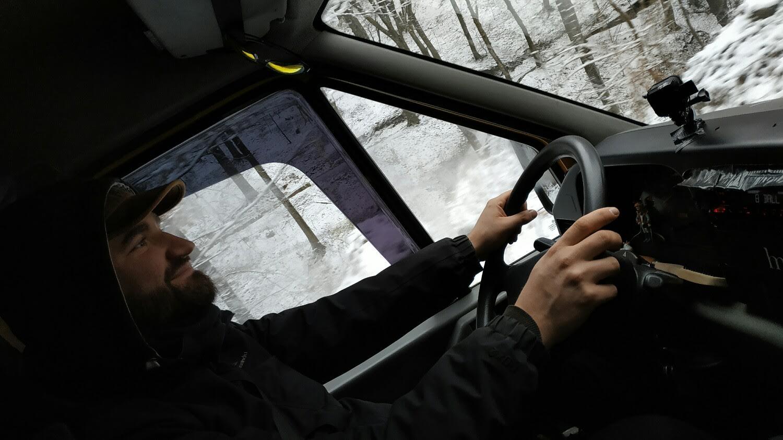 我是个法国人,正在尝试开着我的黄色休旅车到蒙古。